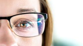 Feche acima dos vidros vestindo do olho e da mulher Optometria, miopia ou conceito da cirurgia do laser Brown eyed a menina com e imagem de stock royalty free