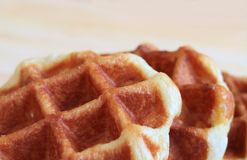 Feche acima dos waffles belgas Mouthwatering com espaço livre para o texto e projete imagens de stock