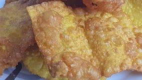 Feche acima dos wontons fritados serviu em uma placa Wonton o alimento o mais popular do dim sum em restaurantes chineses video estoque