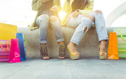Feche acima em duas meninas com sacos de compras Fotografia de Stock Royalty Free