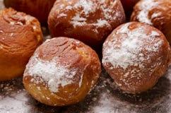 Feche acima em filhóses deliciosas com açúcar de crosta de gelo no backg de madeira Foto de Stock Royalty Free