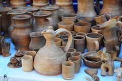 Feche acima em jarros cerâmicos tradicionais na toalha decorativa Mostra da cerâmica cerâmica feito a mão de Ucrânia em um mercad fotografia de stock