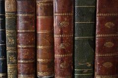 Feche acima em livros velhos em uma mobília de madeira antiga fotografia de stock
