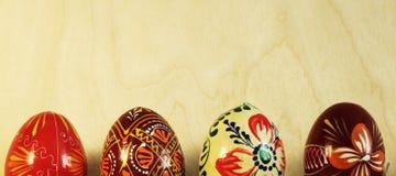 Feche acima em ovos da páscoa tradicionais no fundo de madeira Foto de Stock Royalty Free