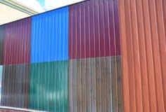 Feche acima em pilhas de vários painéis coloridos da cerca do metal e metal folhas do telhado para a venda Imagem de Stock