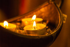 Feche acima em três velas pequenas no recipiente Imagem de Stock Royalty Free