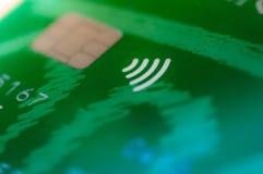 Feche acima em um cartão de crédito com ícone dos paypass fotos de stock royalty free