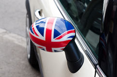 Feche acima em um espelho lateral de um carro com a bandeira BRITÂNICA nela Fotos de Stock Royalty Free