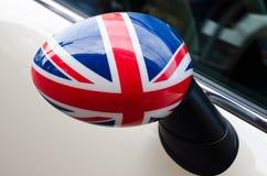 Feche acima em um espelho lateral de um carro com a bandeira BRITÂNICA nela Foto de Stock