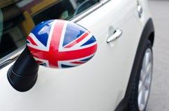 Feche acima em um espelho lateral de um carro com a bandeira BRITÂNICA nela Fotografia de Stock Royalty Free
