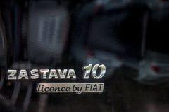 Feche acima em um logotipo de um carro preto de Zastava 10 Igualmente sabido como o deset de Zatava, é o último carro marcado pel fotografia de stock royalty free