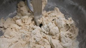 Feche acima fazendo o processo do alimento, misturando a massa na f?brica Metragem conservada em estoque M?quina de amasso na pad fotos de stock