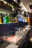 Feche acima na barra com garrafa em uma linha Imagem de Stock