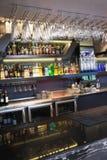 Feche acima na barra com os vidros de vinho que penduram acima dela Foto de Stock
