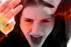 Feche acima na cara assustado da mulher da vítima imagens de stock royalty free