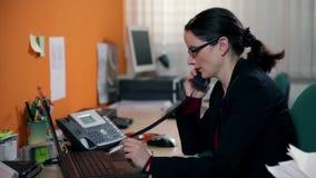 Feche acima na mulher de negócio que datilografa no PC filme