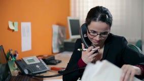 Feche acima na mulher de negócio que datilografa no PC e que faz uma chamada video estoque