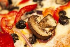 Feche acima na pizza com cogumelos e vegetais fotografia de stock royalty free