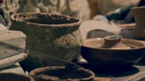 Feche acima na prateleira da cerâmica com clayware filme