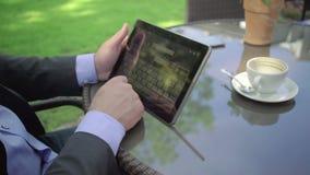 Feche acima na tabuleta da consultação da mão do ` s do homem de negócios outdoor tiro do steadicam video estoque