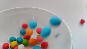 Feche acima no doces de queda Fundo doce colorido dos doces Movimento lento filme