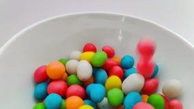 Feche acima no doces de queda Fundo doce colorido dos doces Movimento lento vídeos de arquivo