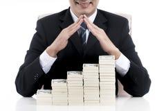 Feche acima no homem de negócios que faz a forma do telhado da casa sobre o stra Foto de Stock Royalty Free