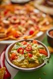 Feche acima no mergulho do guacamole na bacia com vários alimentos mexicanos recentemente feitos fotografia de stock royalty free