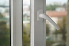 Feche acima no punho de janela plástico branco aberto fotos de stock royalty free