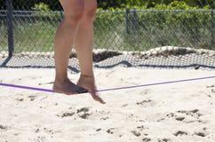 Feche acima nos pés que andam na corda-bamba ou no slackline exterior no th Fotografia de Stock Royalty Free