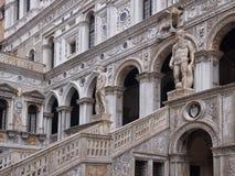 Feche acima o da escadaria dos gigantes no pátio do ducale do palazo em Veneza Italia fotografia de stock royalty free