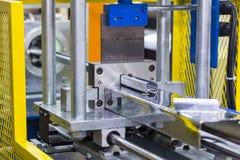 Feche acima o grupo da tesoura de rolo da folha de metal que forma a máquina na fábrica para industrial imagens de stock royalty free