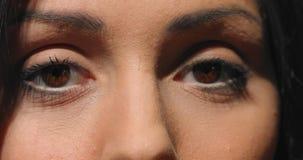 Feche acima o vídeo dos olhos fêmeas - expressão calma vídeos de arquivo