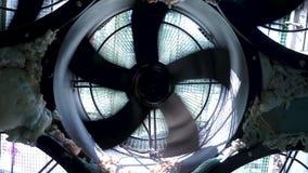 Feche acima para as l?minas r?pidas do spinnig do sistema do coolig Metragem conservada em estoque Condicionador de ar industrial filme