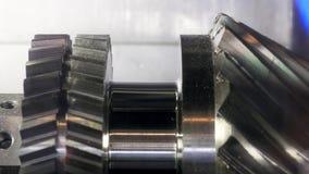 Feche acima para a engrenagem nova de gerencio do metal na fábrica, conceito industrial media Produção das peças da máquina do me video estoque