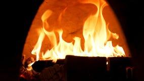 Feche acima para fogo ardente no forno antiquado para o alimento de cozimento Quadro Forno tradicional, madeiras ardentes e chama imagens de stock royalty free