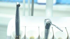 Feche acima para o equipamento na clínica dental, medicina do dentista e os dentes importam-se o conceito media Ferramentas dife imagem de stock