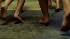 Feche acima para os pés das crianças que correm com os pés descalços na esteira amarela, vista traseira cena Pés das crianças que filme