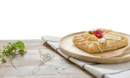 Feche acima, pastelarias dinamarquesas da vista superior com fruto no prato de madeira foto de stock