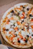 Feche acima a pizza na caixa fotografia de stock royalty free