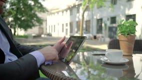 Feche acima, tabuleta da consultação do homem de negócios outdoor tiro do steadicam vídeos de arquivo