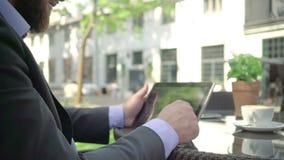 Feche acima, tabuleta da consultação do homem de negócios outdoor tiro do steadicam filme