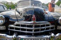 Feche acima (ZIM) da imagem conservada em estoque automobilístico do vintage GAZ-12 Imagens de Stock