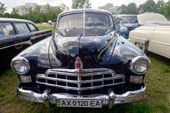 Feche acima (ZIM) da imagem conservada em estoque automobilístico do vintage GAZ-12 Imagem de Stock Royalty Free