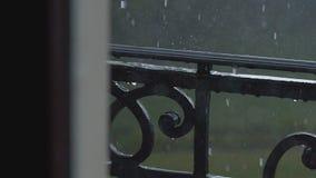 Feche a chuva forte video estoque