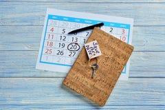 """Feche com \ """"economias a data \"""" a etiqueta, caderno e calendário na tabela fotos de stock royalty free"""
