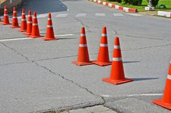 Feche e abra pistas usando cones do tráfego imagem de stock royalty free