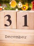 Feche el 31 de diciembre en el calendario del cubo, árbol de navidad con la decoración, el concepto de la Noche Vieja Fotografía de archivo libre de regalías