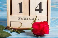 Feche el 14 de febrero en calendario del cubo con la flor color de rosa, día de tarjetas del día de San Valentín Foto de archivo libre de regalías