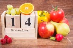 Feche el 14 de noviembre en calendario y las frutas con las verduras, el día de la diabetes del mundo y el concepto de la enferme imágenes de archivo libres de regalías